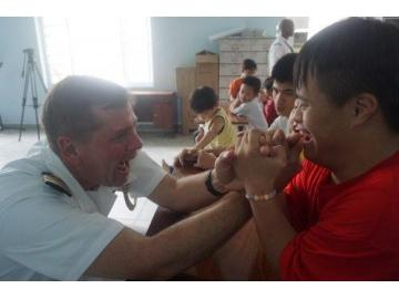 Thủy thủ tàu sân bay Carl Vinson của Mỹ thăm nạn nhân chất độc da cam tại Đà Nẵng