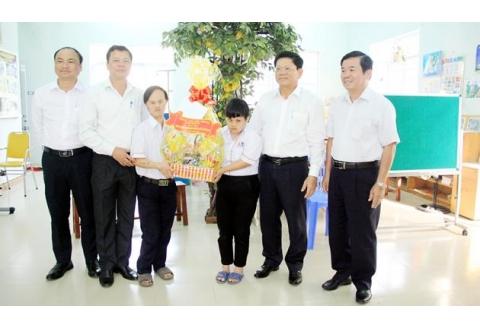 Lãnh đạo TP Đà Nẵng thăm, tặng quà nạn nhân chất độc da cam