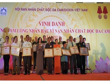 Kind-hearted people honored for their support for AO victims