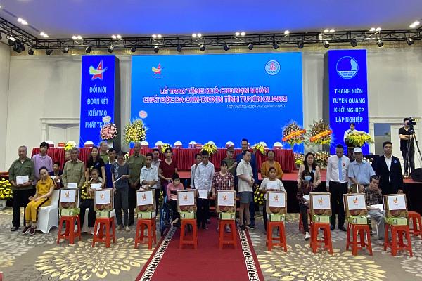 Hội Doanh nhân trẻ tỉnh Tuyên Quang tổ chức Đại hội lần thứ IV và tặng quà nạn nhân chất độc da cam
