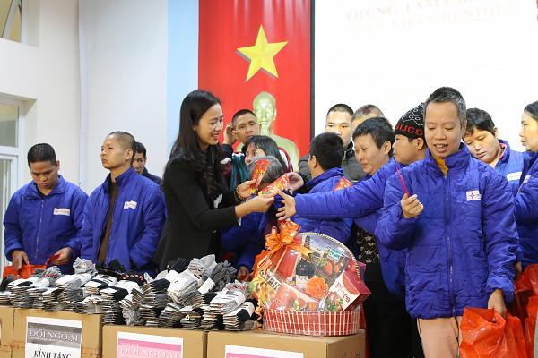 Đoàn Tạp chí Đối ngoại, Ban Đối ngoại Trung ương Đảng thăm, tặng quà nạn nhân chất độc da cam/dioxin